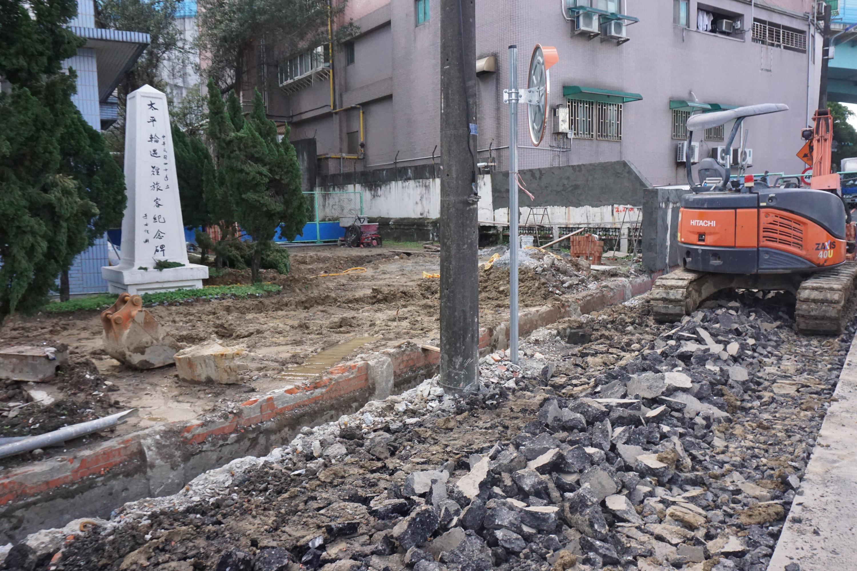 原設在中濱營區內的「太平輪遇難旅客紀念碑」日前拆除圍牆,罹難者家屬未來可自由前往憑弔。(歷史資料照)