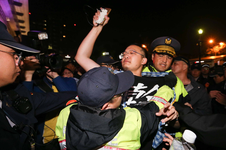 部分民眾不願離去,轉往台北車站聚集,和警方發生衝突。24日凌晨警方展開驅離行動,清空現場。