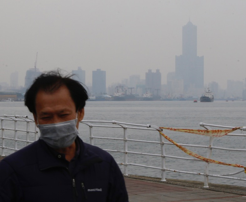 受大陸冷氣團挾帶境外污染物影響,25日全台空氣品質 不佳。環保署表示,26日境外空污影響減緩,未來3天 中部以北空氣品質為普通至橘色等級,