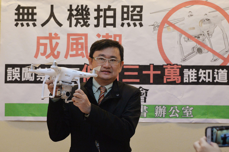 民主進步黨立法委員黃國書5日上午在立法院召開「無 人機拍照成風潮,誤闖禁航區低消30萬誰知道?」記者 會,呼籲政府應以更有效的方式,向