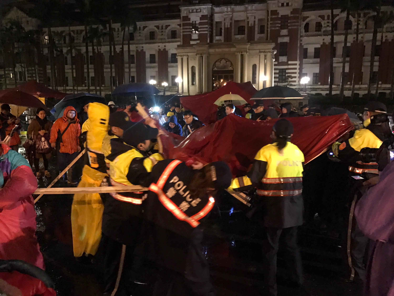 時代力量立委5日晚間發起到總統府前禁食抗議,持續至今超過24小時,7日凌晨警方動員到場強制拆除帳棚,現場一度混亂。