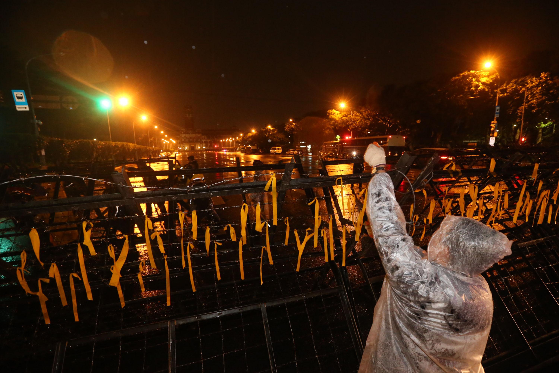 時代力量籍立委在總統府前凱道上禁食抗議勞動基準法修法。警方8日凌晨將抗議民眾帶離,結束這場近60小時的抗議行動,總統府周邊部分拒馬拆除。