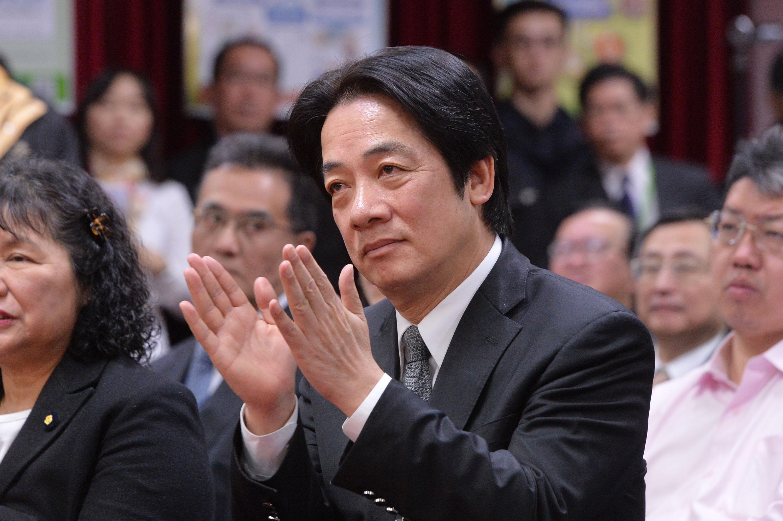 行政院長賴清德(中)17日表示,努力投資是改善台灣 低薪最有效的方式,不僅工作機會增加,薪資也會隨之 提高,並強調低薪問題難僅以單一方