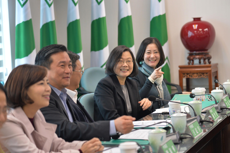 身兼民進黨主席的總統蔡英文(右2)24日出席民進黨中執會