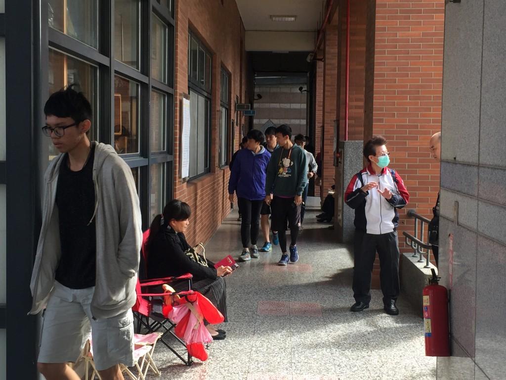 大學學測26日登場,第一天第一科為社會考科,考試結束後考生們魚貫步出考場。