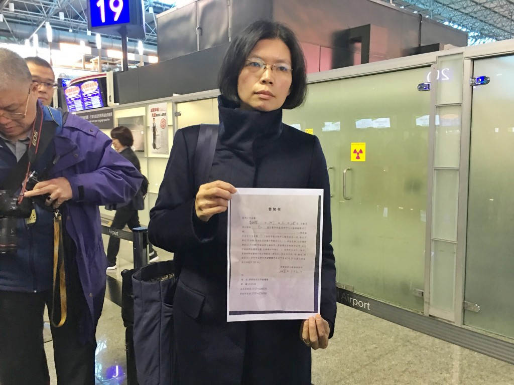 Lee Ching-yu shows a copy of the letter from Chishan prison at the airport.
