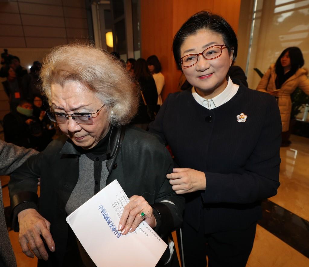 中華民國婦女聯合會31日舉行會員代表大會,討論是否與內政部、不當黨產處理委員會簽署行政契約,婦聯會主委雷倩(右)與婦聯會常委陳秦舜英(左)