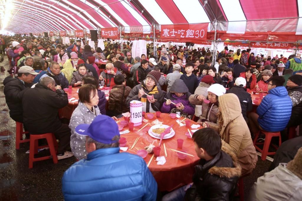 創世、華山、人安基金會共同舉辦的「第28屆寒士吃飽30尾牙」活動,4日在總統府前廣場登場,數萬人參與,場面盛大。中央社記者吳翊寧攝 107