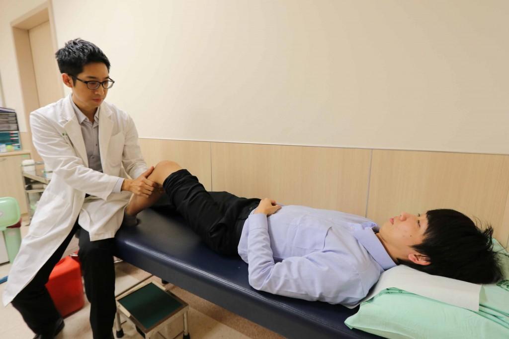 亞洲大學附屬醫院骨科部主治醫師慕德翰(左)表示,接受「前十字韌帶重建手術」的民眾,術後應積極進行復健,才能避免肌肉萎縮。圖為示意圖非當事人