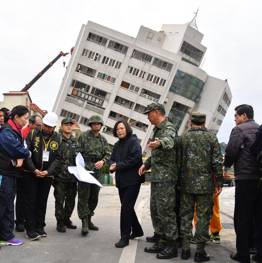 花蓮6日深夜地震陸續傳來嚴重災情,總統蔡英文(中)7日上午到花蓮聽取救災簡報後,前往雲門翠堤大樓勘災。