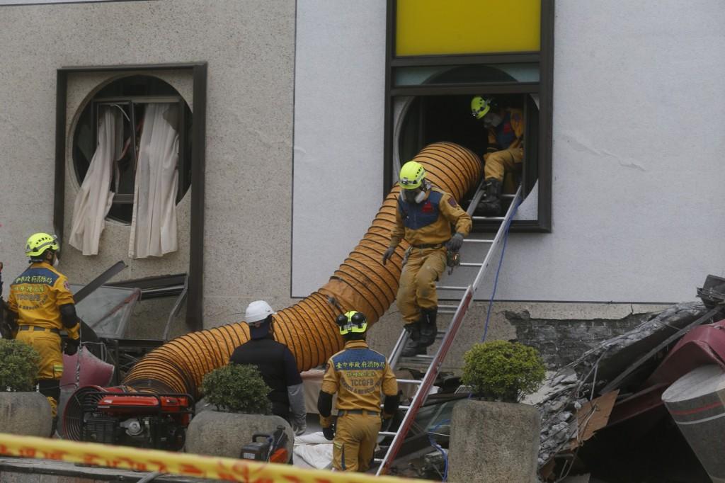 花蓮地區6日深夜強震,統帥大飯店1樓到3樓塌陷,仍有2名櫃台人員受困,警消人員7日入內搜救。