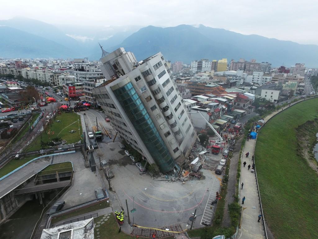 花蓮縣6日晚間11時50分發生芮氏規模6.0強震,雲門翠堤大樓嚴重傾斜。
