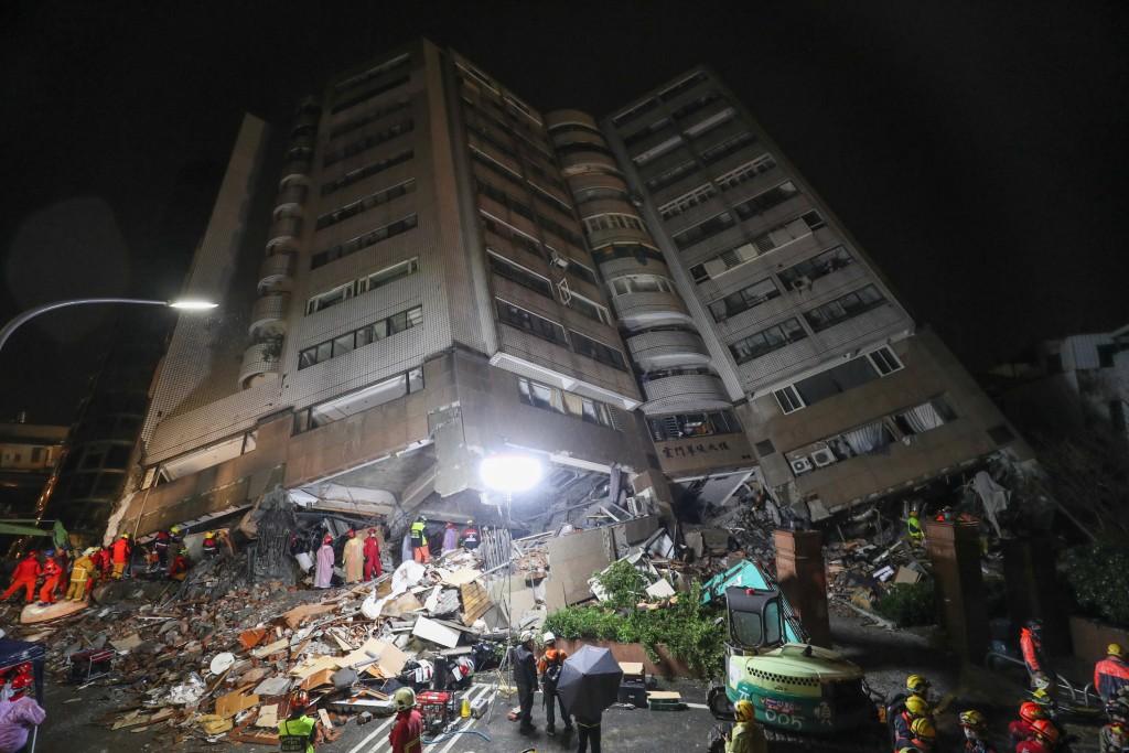 花蓮縣6日深夜發生芮氏規模6.0強震,造成花蓮雲門翠堤大樓嚴重傾斜,儘管天色已黑,救災人員7日晚間持續搜救受困民眾。 中央社記者裴禛攝 1