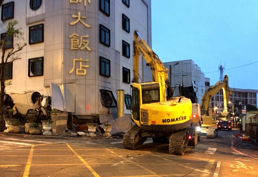 花蓮統帥飯店因為大地震倒塌,9日拆除危樓。中央社記者李先鳳花蓮攝  107年2月9日