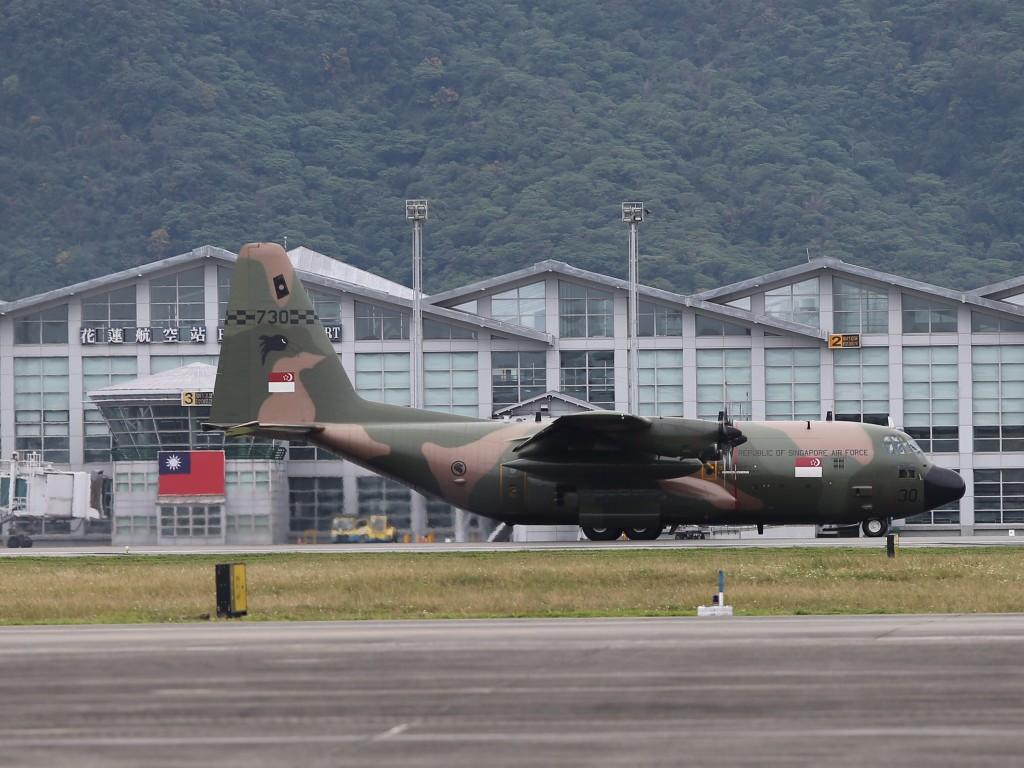 新加坡關心花蓮震災,9日派出一架C-130運輸機載滿救 援物資等,下午約3時左右抵達花蓮機場。 中央社記者徐肇昌攝 107年2月9日