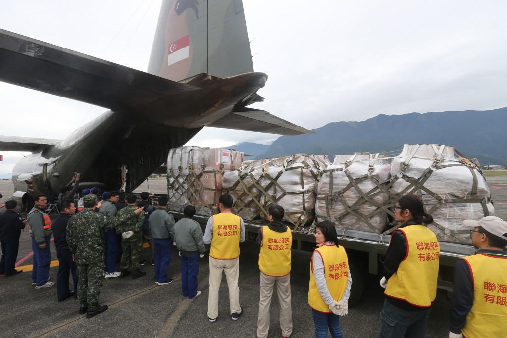 花蓮震災國際關切,新加坡9日派出一架C-130運輸機載送救援物資,下午3時許抵達花蓮機場,大量物資陸續運下軍機。中央社記者徐肇昌攝 107