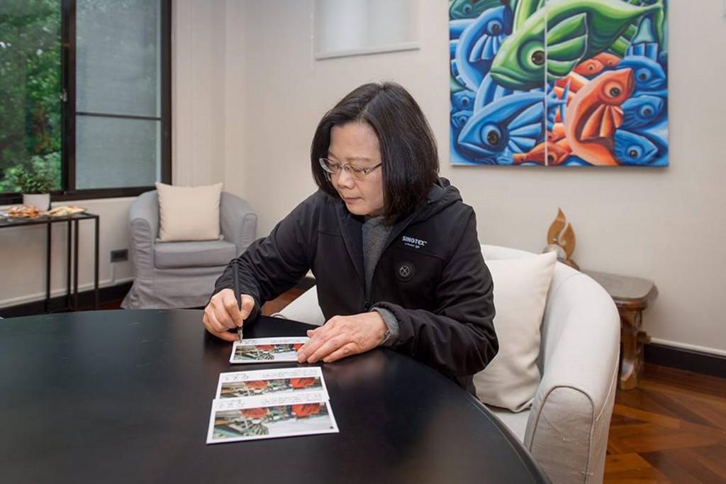 總統蔡英文準備親手簽名的卡片,代表所 有國人向日本救援小組致上由衷的謝忱。(圖片截自總統府發言人臉書)