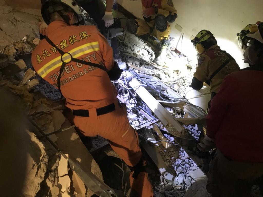 花蓮地震造成雲門翠堤大樓坍塌,特搜隊人員持續擴大挖掘面積,11日凌晨決定內部繞路挖掘。