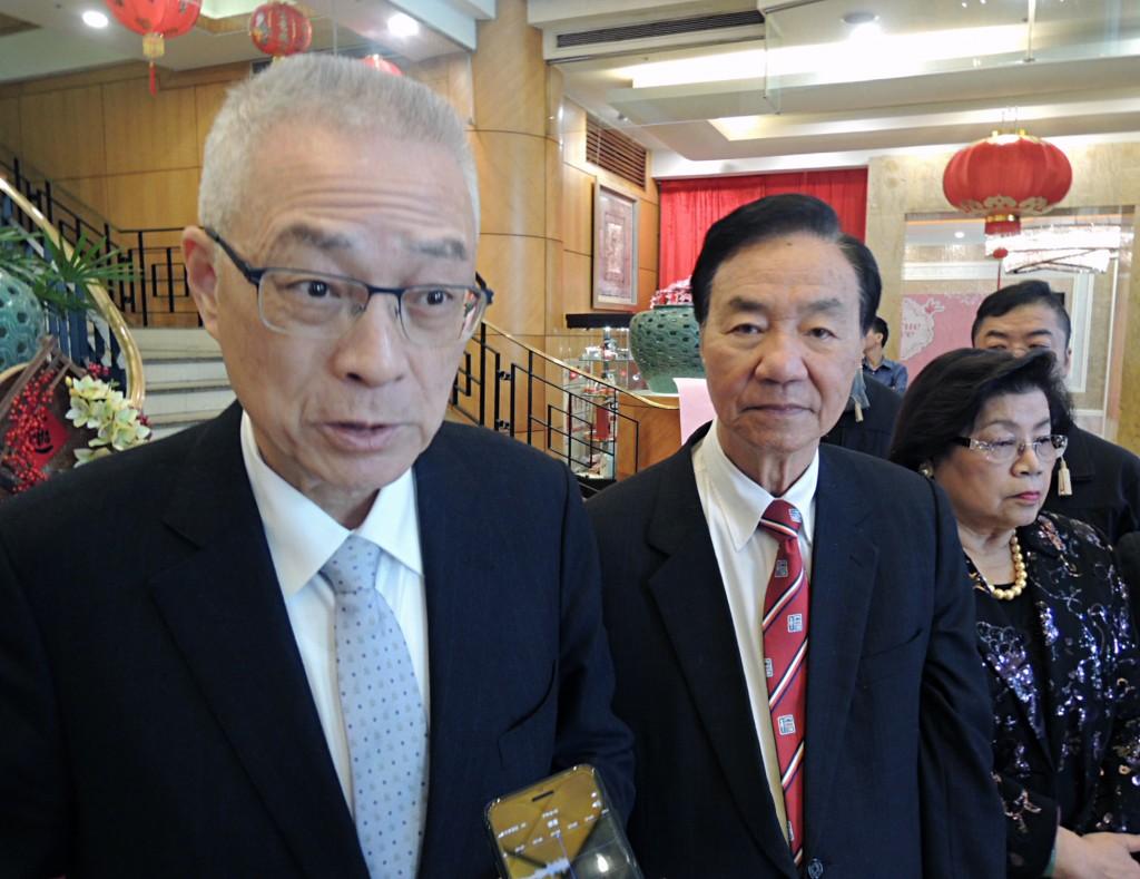 中國國民黨黨主席吳敦義(左)