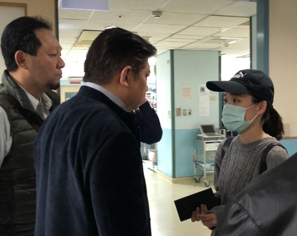 反軍人年改團體表示,繆德生目前病情不穩定無法進行手術,稍後將轉往加護病房治療。圖為繆德生女兒(右)在醫院探視父親。 中央社記者張茗喧攝 1