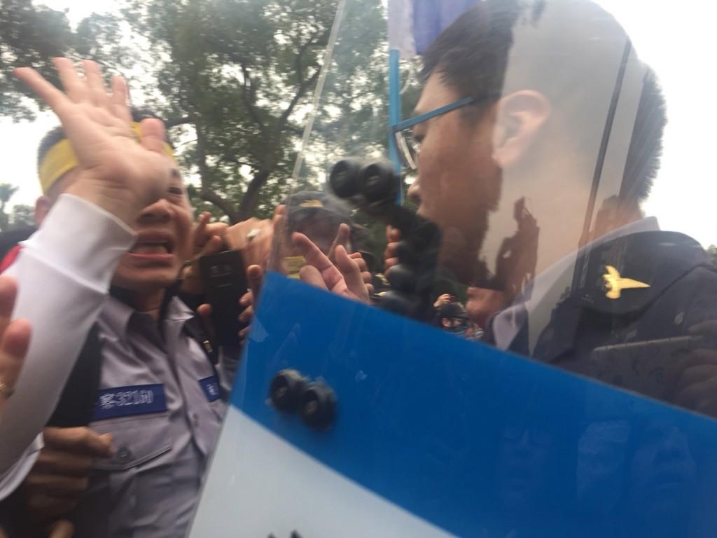 反年改群眾27日下午在立院外抗議,拆除並燒毀獨派團 體帳棚上的旗幟,打算拆第二面旗幟時,與警方爆發衝 突。 中央社記者黃麗芸攝 10