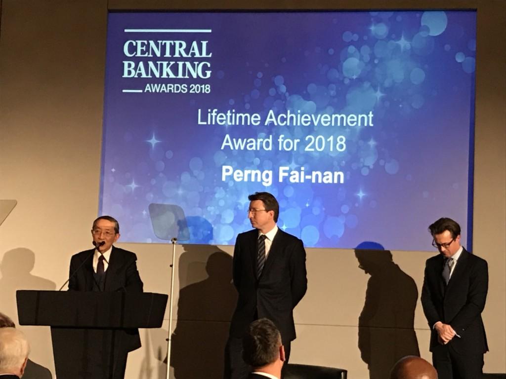 前中央銀行總裁彭淮南1日獲得中央銀行業出版公司( CBP)授予終身成就獎,由中華民國駐英國代表林永樂 (左)代為領獎並致感言。 (駐