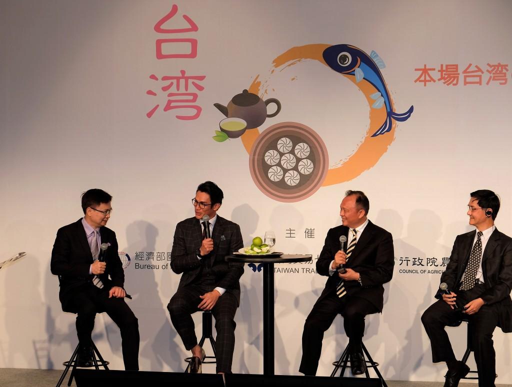 旅日職棒球星陽岱鋼(左2)代言台灣食品,與外貿協 會董事長黃志芳(左1)、農委會主委林聰賢(右2)及 國貿局主秘倪克浩座談。