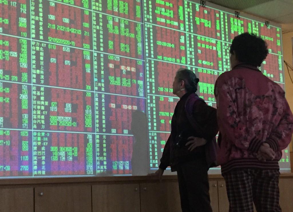 受到美股從市場擔憂貿易戰的陰霾中走出,8日台股盤 中一度大漲百點。 中央社記者董俊志攝  107年3月8日