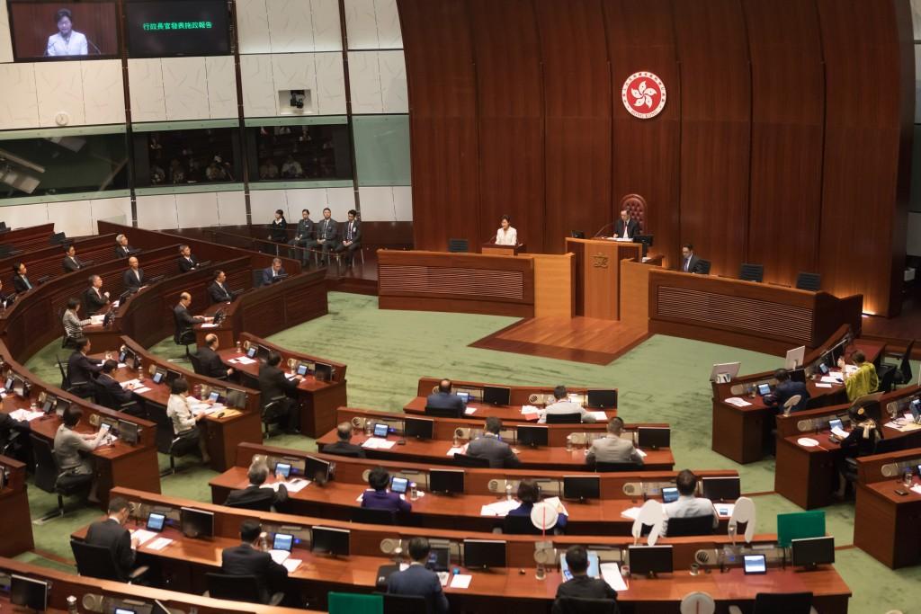 香港立法會11日將舉行補選,以填補泛民主派4名議員被褫奪的席位。泛民派已推舉4人參選,希望奪回議席;建制派也推4人參選對決。圖為立法會議場