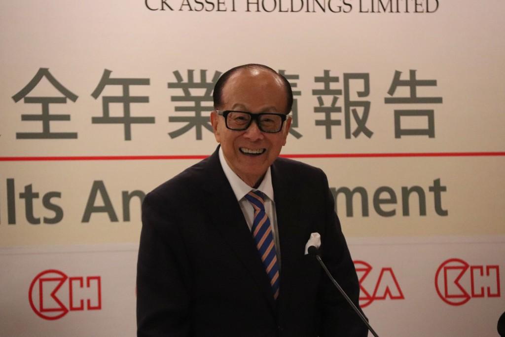 香港首富、長和集團董事長李嘉誠16日在長江和記實業業績報告會上宣布退休,轉任公司資深顧問,他並表示,未來會花更多時間在李嘉誠基金會的事務上