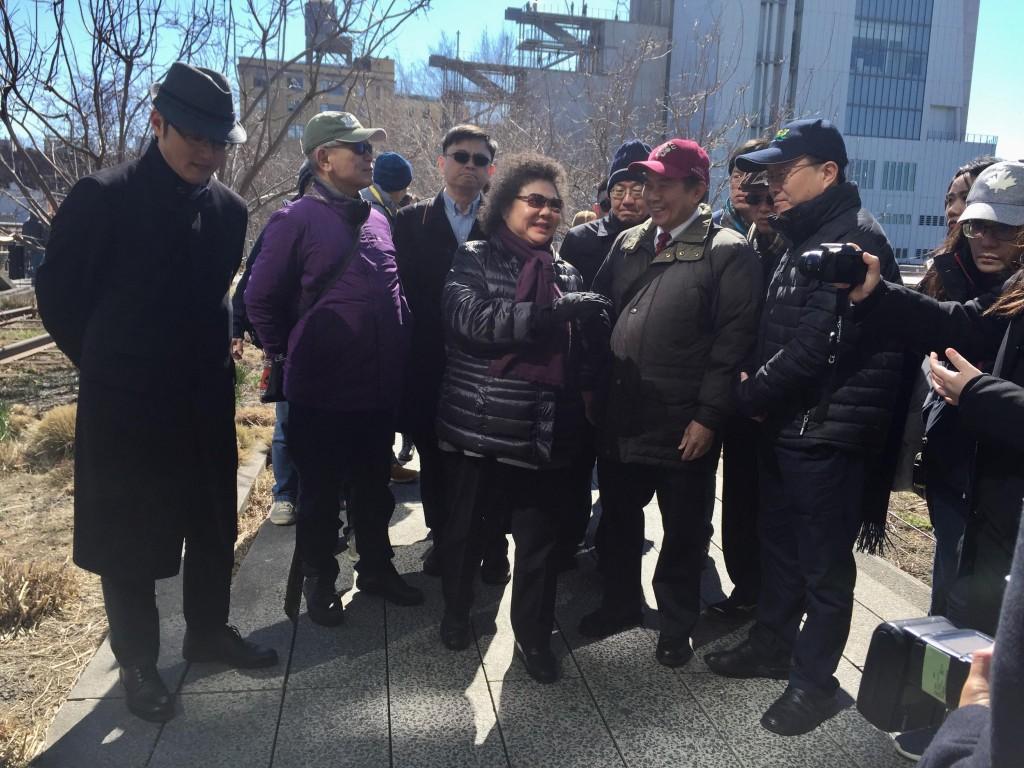 高雄市長陳菊及隨行市府官員18日參訪紐約高線公園,做為高雄市政建設參考。中央社記者黃兆平紐約攝  107年3月19日