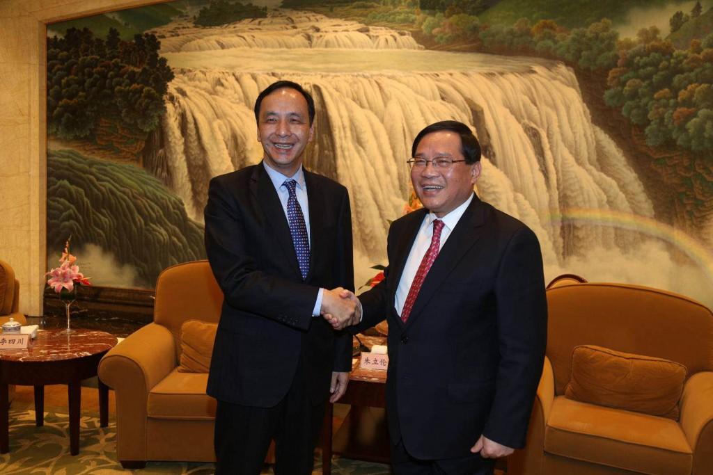 新北市長朱立倫(左)25日晚間與中共上海市委書記李 強見面時表示,這兩年來因為政治氣氛的改變,但是從 民眾的角度來看,兩岸交流要持續。