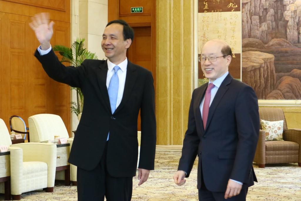 中國國台辦主任劉結一(右),26日在上海會見新北市長朱立倫。