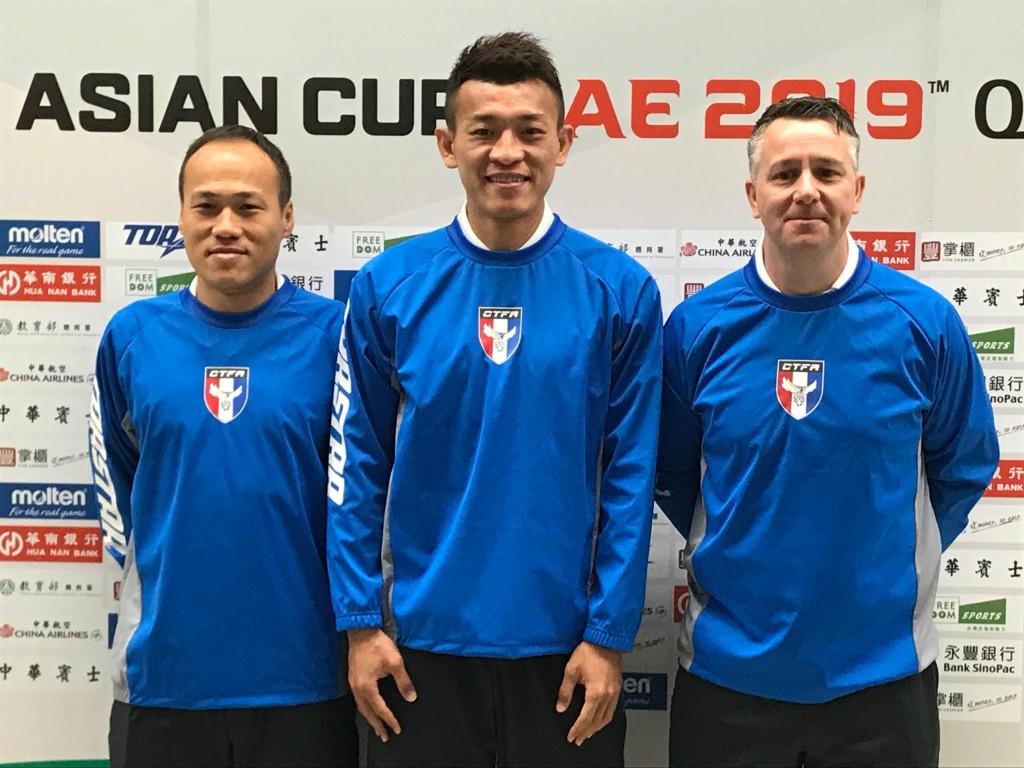 亞洲盃資格賽中華男足對新加坡的比賽,27日將在台北 田徑場進行,26日在台北舉行賽前記者會,近年在中國 大陸聯賽發展的陳柏良(中)說,