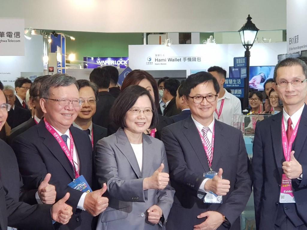 第五屆智慧城市展27日登場,總統蔡英文(左2)參觀 中華電信攤位。左1為中華電信董事長鄭優、右2為台北 市電腦公會理事長童子賢。 中