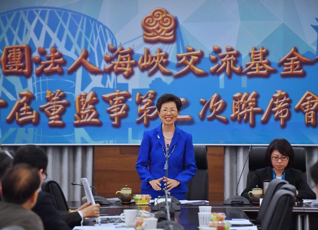 前陸委會主委張小月(中)接任海基會董事長,她27日在海基會第10屆董監事第2次聯席會議致詞時表示,將扮演好兩岸橋梁的角色。中央社記者王飛華