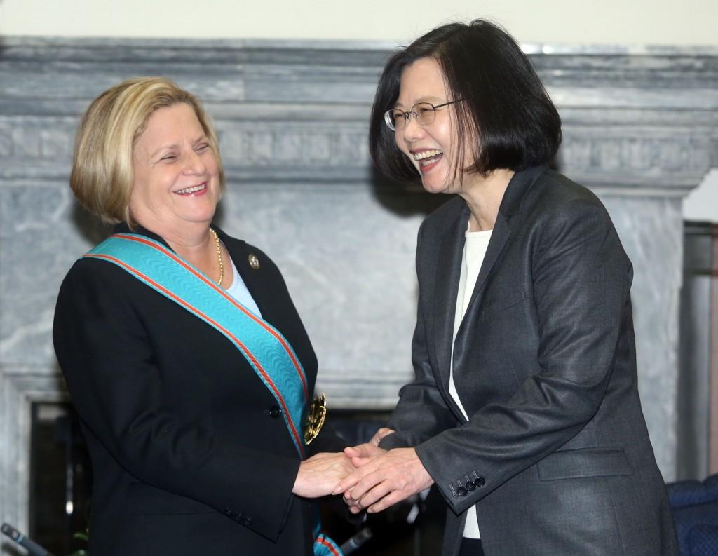 總統蔡英文(右)2日在總統府,頒授美國聯邦眾議院外交委員會榮譽主席羅斯雷提南(Ileana Ros-Lehtinen)(左)「特種大綬卿雲