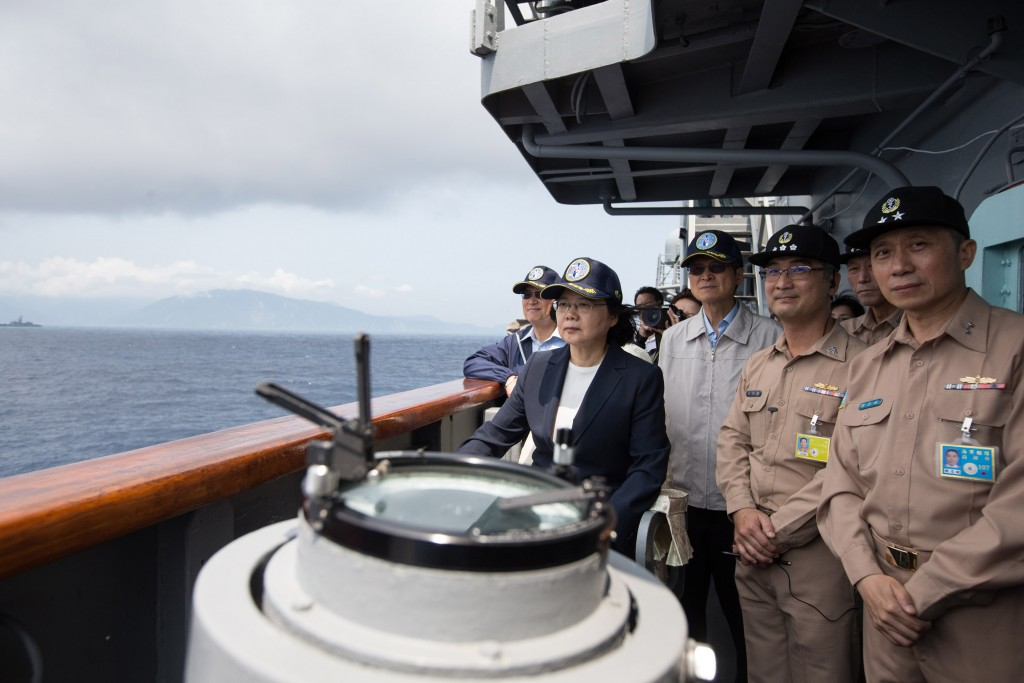 Taiwan President Tsai Ing-wen (蔡英文) inspected a marine drill on April 13 on a Keelung-class destroyer deployed from the Su'ao Port (Photo courtesy of ...