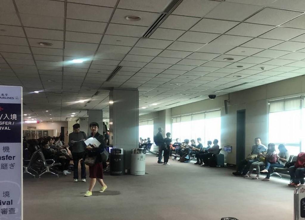 桃園國際機場第二航廈14日上午疑似地下室配電盤線路跳脫,造成無預警跳電,影響2班出境航班旅客登機時間,經緊急搶修已恢復供電。(旅客提供)