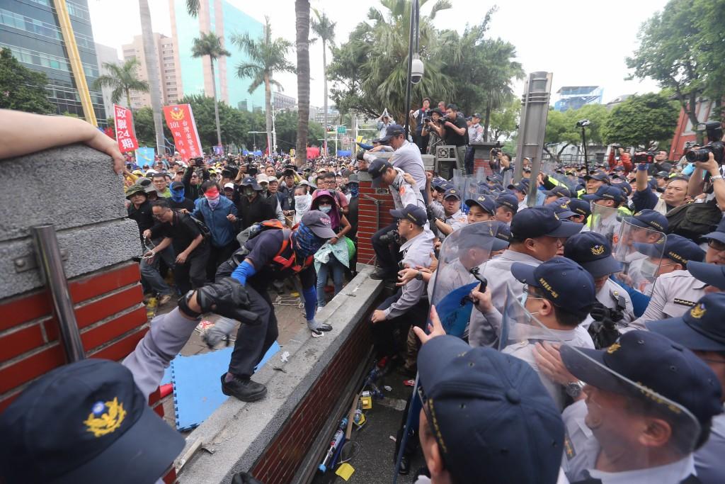 反年改團體八百壯士25日在立法院外集會抗議,下午部分群眾翻牆衝進立法院,與警方發生推擠衝突。