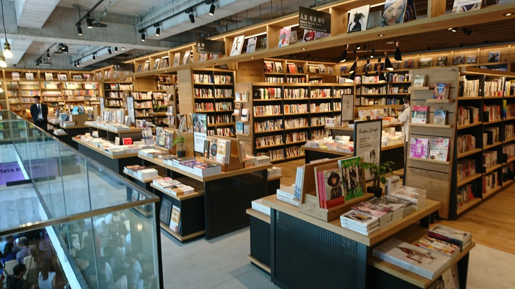 TSUTAYA BOOKSTORE挾著與日本最美書店「蔦屋書店」 同集團的光環來台,以超過百坪的空間,加上書店與咖 啡店或茶屋的複合式經營