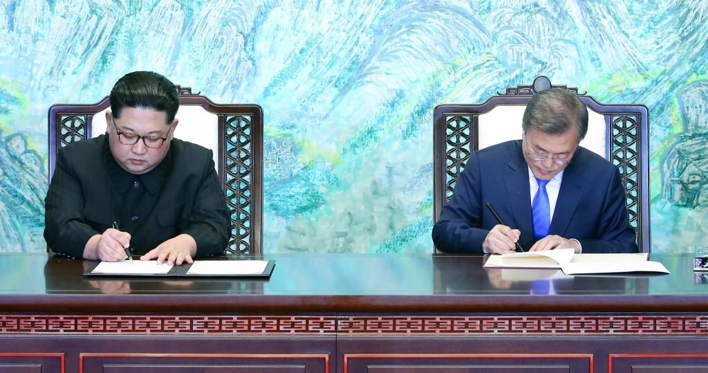 南北韓高峰會取得重大成果,南韓總統文在寅(右)與北韓領導人金正恩(左)27日下午正式簽署板門店宣言。(南北韓峰會共同採訪團提供)