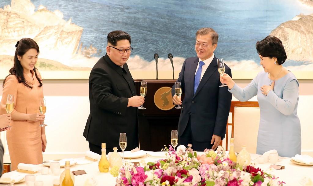 南北韓高峰會談27日傍晚在板門店告一段落,晚間由南 韓總統文在寅(右2)設宴款待北韓領導人金正恩(左2 ),南韓第一夫人金正淑(右)、
