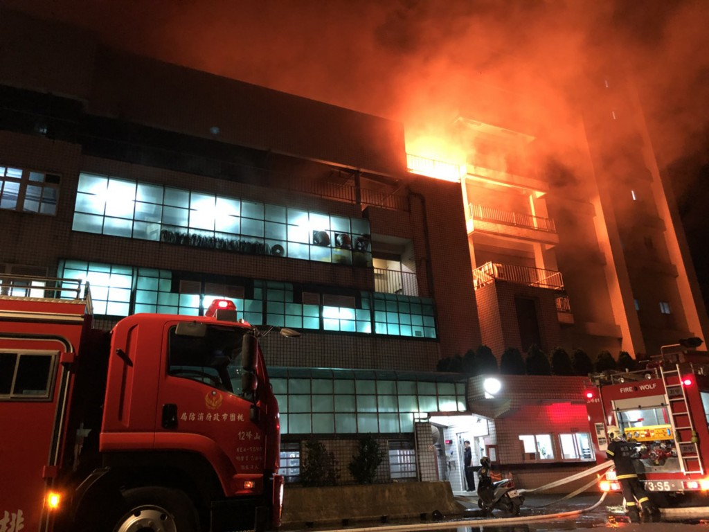 桃園市平鎮區工業二路一棟建築28日晚間驚傳火警,消防局獲報隨即派遣人車前往搶救。(桃園市消防局提供)