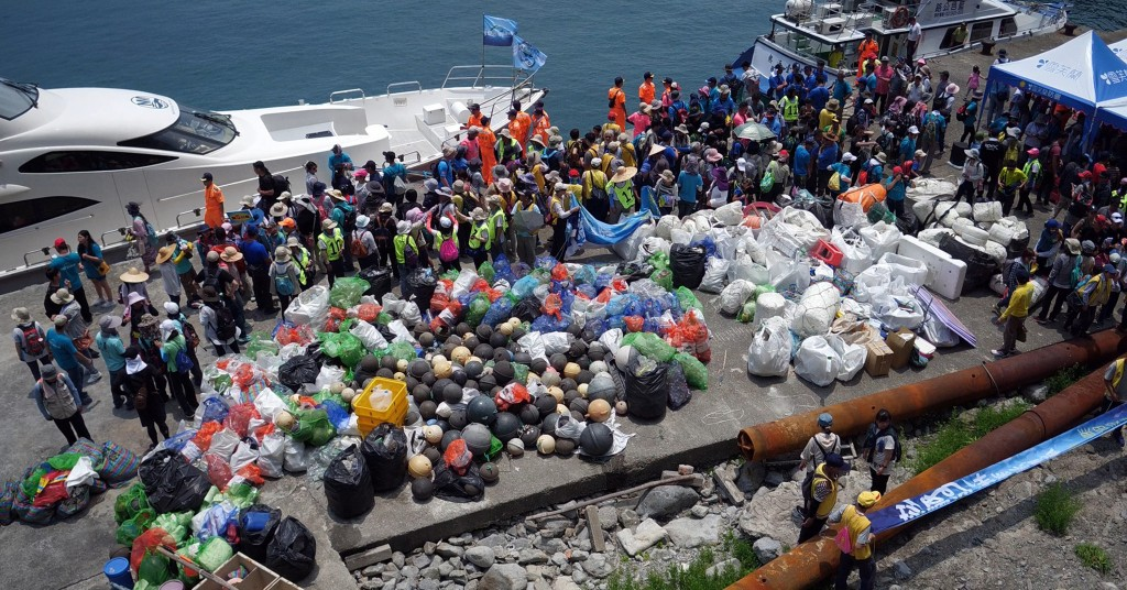 Six hundred people joined a cleanup event on Keelung Islet on May 12