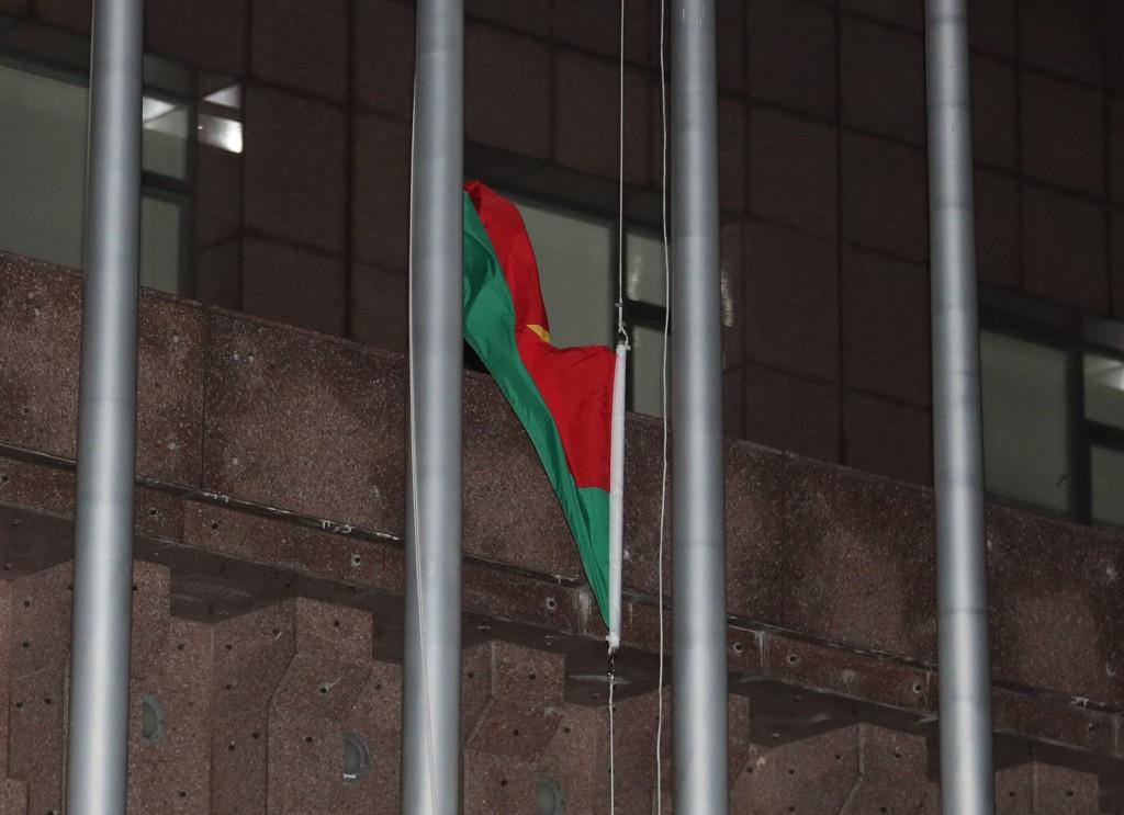 外交部長吳釗燮24日晚間在記者會中正式宣布,布吉納 法索與中華民國斷交,台北使館特區外的布吉納法索國 旗也隨即降下。 中央社記者張皓