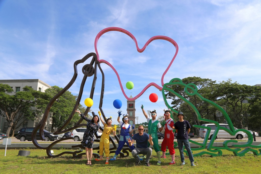 因作品「黃色小鴨」風靡全球的藝術創作者霍夫曼( Florentijn Hofman)以諸羅樹蛙外型為發想,打造全 新作品「泡泡樹蛙」,