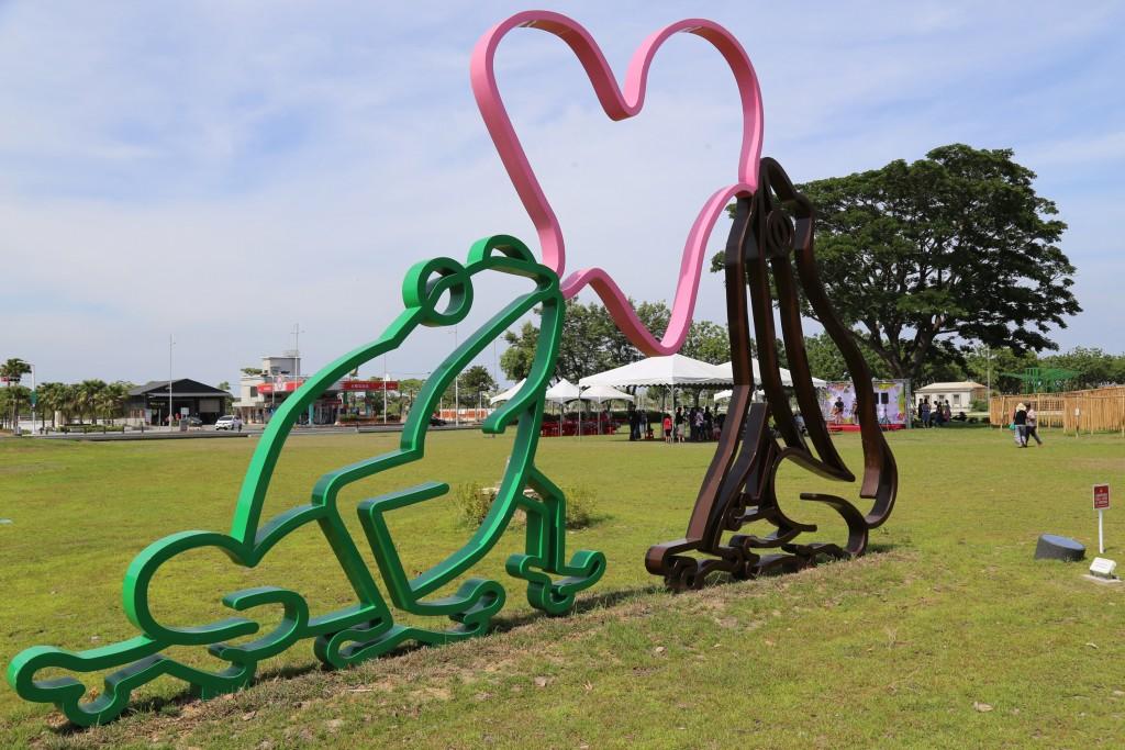 荷蘭籍藝術創作者霍夫曼(Florentijn Hofman)曾打 造「黃色小鴨」風靡全球,這次霍夫曼以諸羅樹蛙外型 為發想打造「泡泡樹