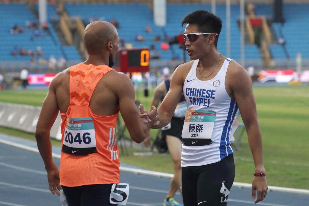 台灣國際田徑公開賽26日在台北田徑場進行男子組400 公尺跨欄決賽,中華亞運培訓隊選手陳傑(右)技壓南 非名將佛瑞德里克斯(Corne