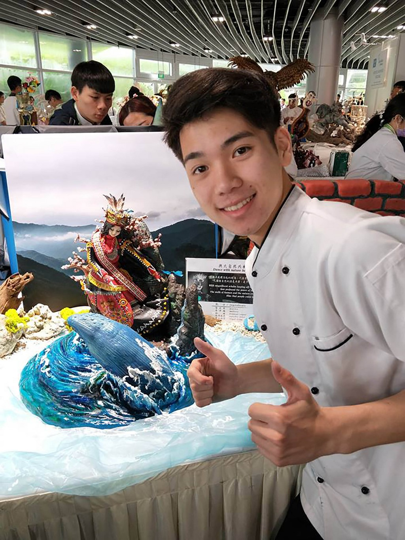 明道中學餐飲管理科學生王奕鈞,參加「2018新加坡國 際美食競賽」(FHA),不僅是全場最年輕的選手,更 從一百多名參賽者中脫穎而出,